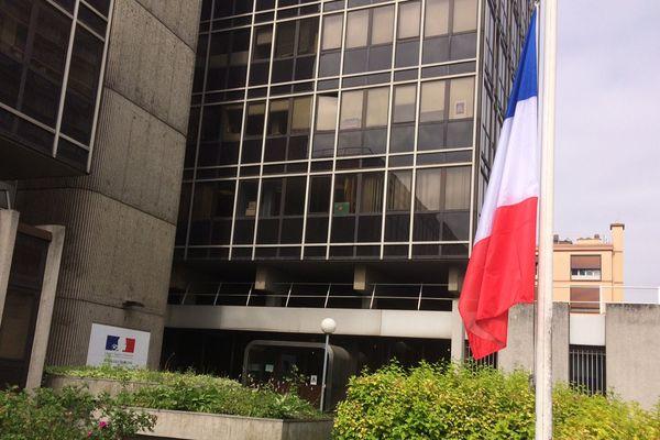 Mise en berne du drapeau français au commissariat de Rouen