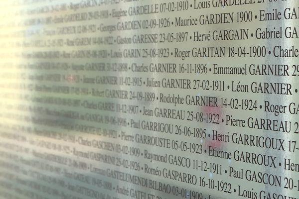 Les noms des anciens détenus du camp de Royallieu inscrits sur les stèles en verre du Mémorial de l'internement et de la déportation à Compiègne