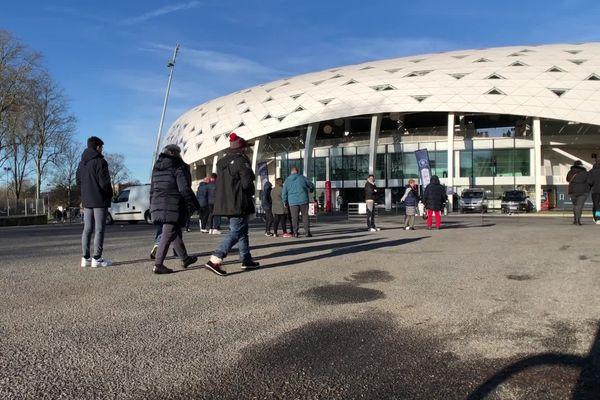 Arrivée des premiers spectateurs au stade de Beaublanc.