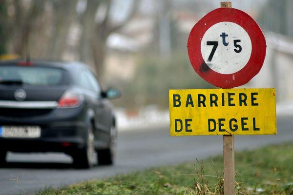 La pose de barrières de dégel consiste à mettre en place des limitations provisoires de tonnage sur les routes départementales les plus fragiles