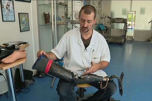 Romain Caillat présente la fameuse prothèse de jambe de Fabrice Payen