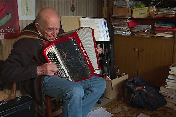 René Limouzin continue de jouer du piano à bretelles
