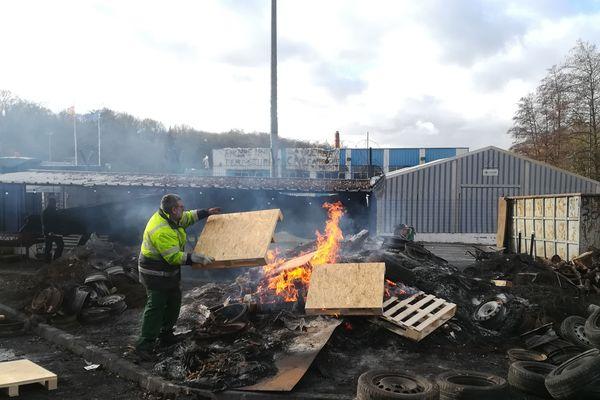 Les salariés licenciés de la papeterie ArjoWiggins de Jouy-sur-Morin (Seine-et-Marne) brûlent des stocks de cartes grises pour interpeller l'Etat sur leur situation.