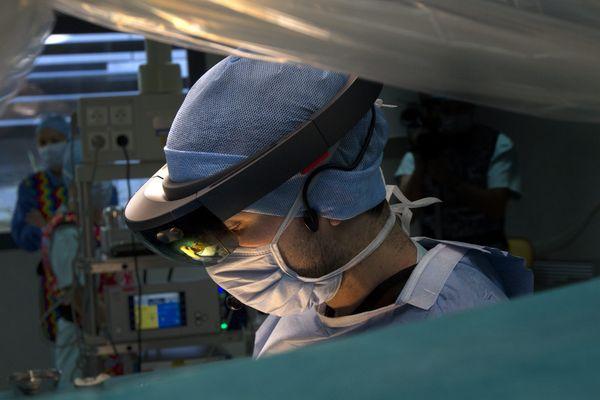 PHOTO D'ILLUSTRATION - A Montpellier, un chirurgien opère le dos d'une patiente à l'aide de lunettes 3D
