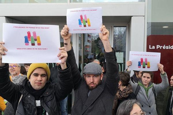 Etudiants et enseignants ont manifesté leur soutien aux salariés de la société de nettoyage.