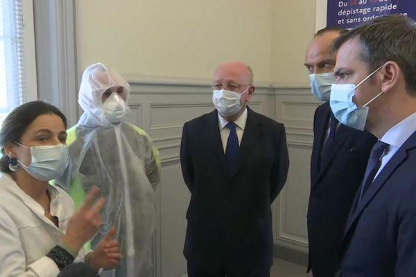 Le ministre de la Santé, Olivier Véran (à droite) en compagnie d'Edouard Philippe, maire du Havre (au milieu à droite) pour le début du dépistage massif ce lundi 14 décembre.
