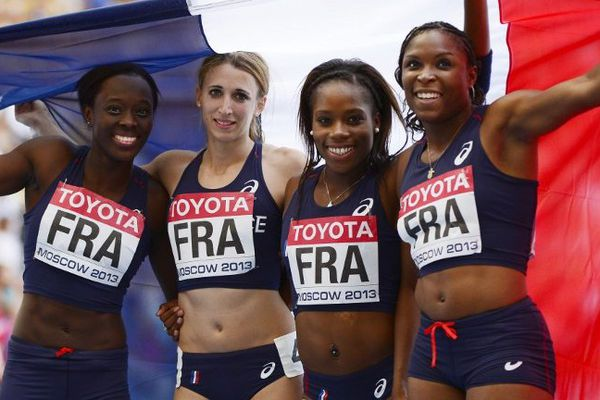 Ayodele Ikuesan (à droite) et ses camarades célèbrent leur médaille d'argent