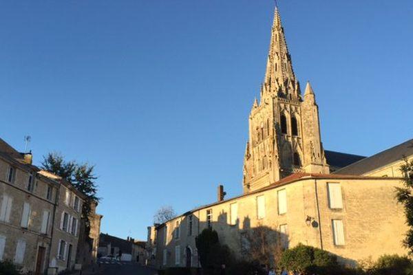 L'abbatiale de Saint-Maixent-l'École dans les Deux-Sèvres sous le soleil.