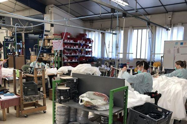 La maison Piganiol, fabricante de parapluies, à Aurillac, dans le Cantal. 10 couturières et couturiers fabriquent des blouses pour les soignants du département.