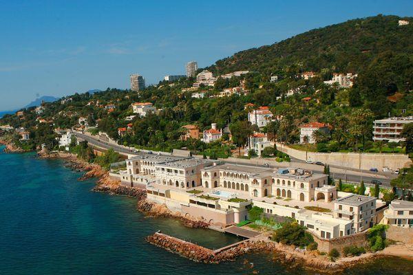 La plage de la Mirandole est située en contrebas du palais.