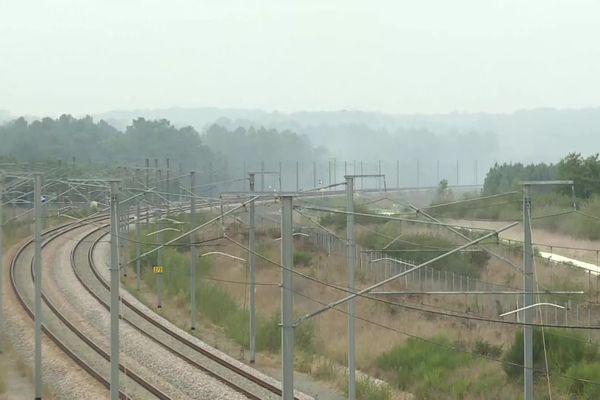 Le feu s'est propagé entre les communes de Lapouyade et Laruscade en Gironde, tout près des voies ferrées réservées à la LGV reliant Paris à Bordeaux