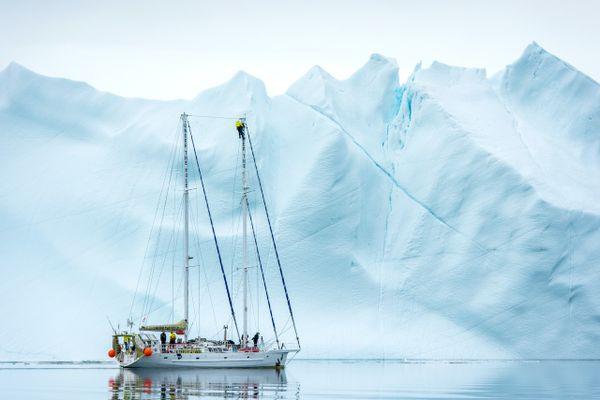 Pour cette 3e expédition Under the pole, la goélette Why emmenait à son bord le couple Bardout, leurs deux jeunes enfants ainsi que des scientifiques et des plongeurs.