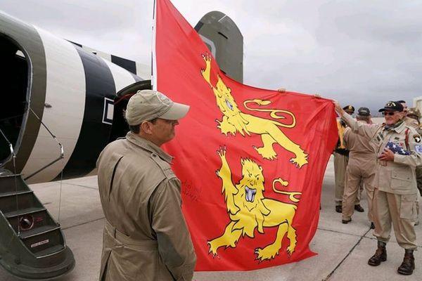 A défaut de sauter en parachute au-dessus de Carentan, Tom Rice a survolé la baie de San Diego, ce 6 juin 2020. Avec un clin d'oeil à la Normandie.