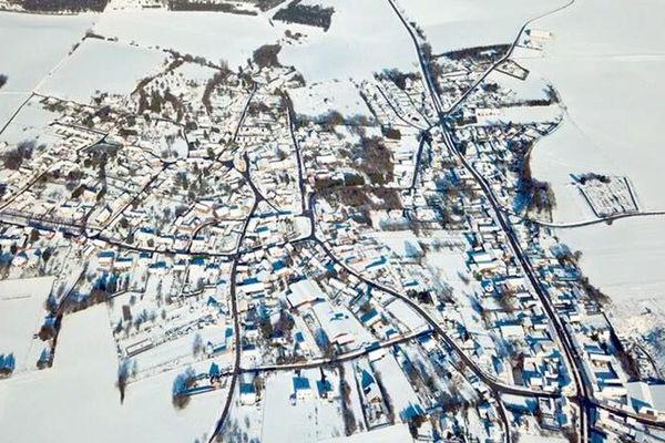 Depuis mercredi, les Hauts-de-France sont sous la neige, comme ici le village de Saint-Sauflieu dans la Somme.