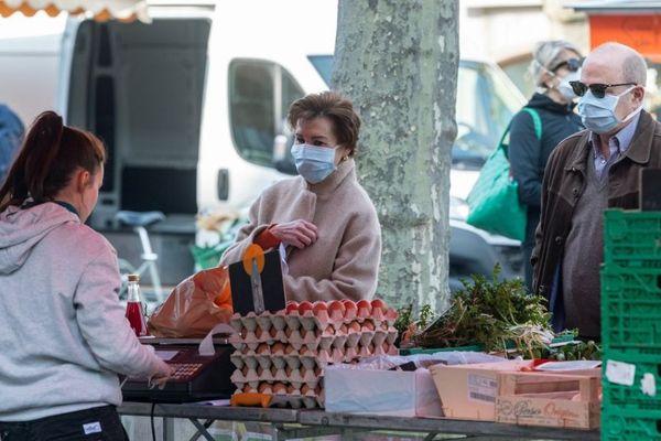 Des Strasbourgeois portant des masques le 20 mars 2020