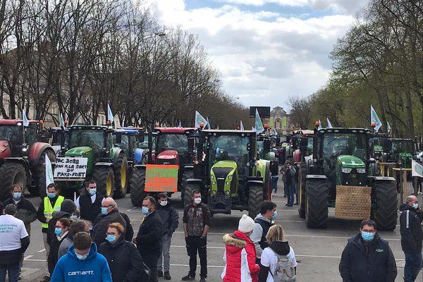 145 tracteurs ont convergé vers Bourges à l'appel de la FNSEA Centre-Val de Loire pour une mobilisation régionale contre la réforme de la PAC