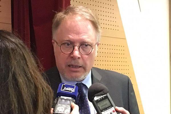 Le maire PS de Chenôve, Thierry Falconnet, lors de sa conférence de presse du 27 mars