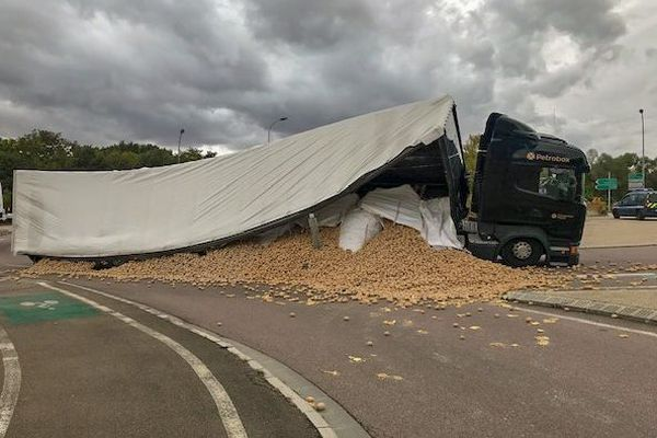 Un camion, chargé de pommes de terre, s'est couché sur la chaussée, sur la RD 960 au niveau du rond-point de Creney-près-Troyes.