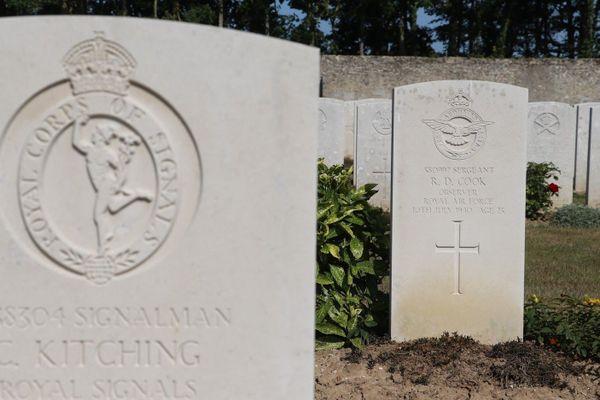 La tombe Robert Donaldson Cook au cimetière militaire de Terlincthun. Il avait 25 ans quand son bombardier a été abattu le 10 juillet 1940.