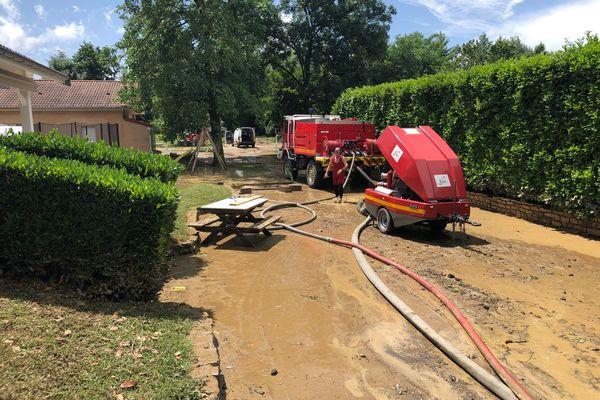 Les pompiers étaient encore sur place, ce lundi 21 juin, pour aider les habitants à pomper l'eau.