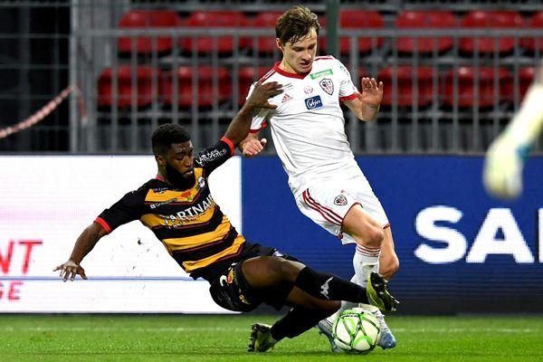 Stéphane Lambese (gauche) de l'USO contre Matteo Tramoni (droite) de l'AC Ajaccio.