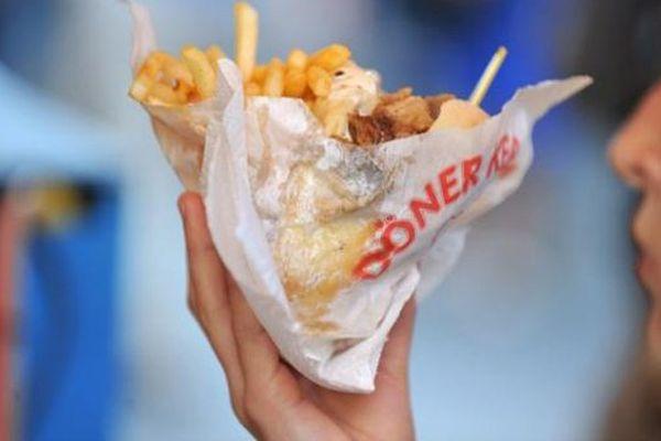 Une jeune femme déguste un kebab, le 21 juin 2012 à Nantes (Loire-Atlantique).