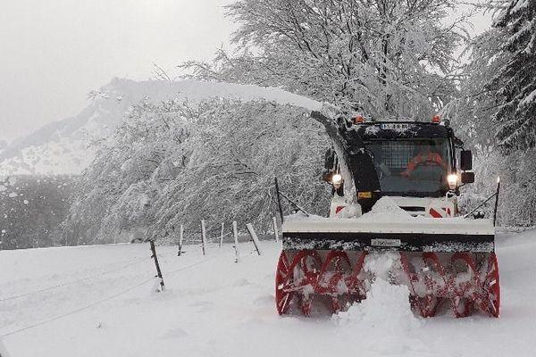 Il a beaucoup neigé dans le secteur de la Salvetat-sur-Agoût, au nord de Béziers dans l'Hérault. Une fraise et trois chasse-neige sont passés à l'action pour déblayer les routes tôt ce dimanche 3 janvier 2021.