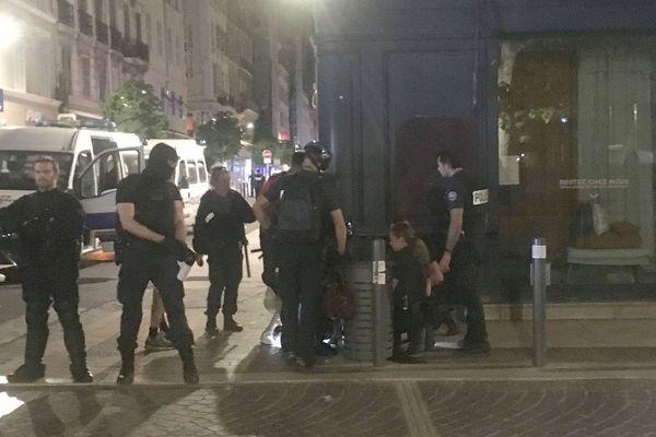 Marseille, 06.05.2020. Des policiers sécurisent une rue, alors qu'un homme est soigné à terre, après avoir été poussé par un policier, selon plusieurs témoignages.