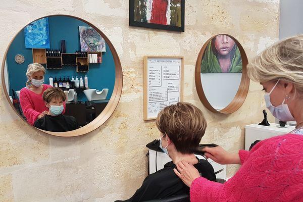 """Dolores termine de coiffer Monique, qui vient chaque vendredi après-midi """"pour voir du monde"""""""