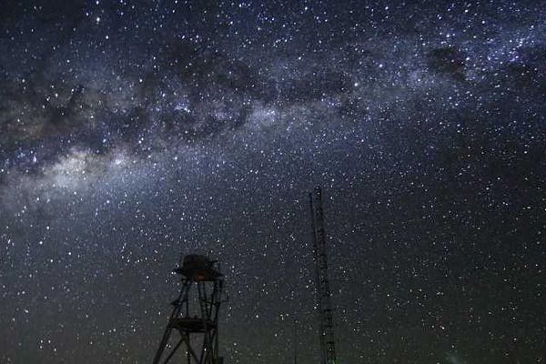 Le documentaire réalisé par Russell Scott s'est choisi comme héros sur Terre les télescopes ultra puissants VLT (Very Large Telescope) et ALMA, qui se trouvent au Chili.