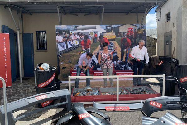 Vendredi 9 juillet à Laguiole dans l'Aveyron, le maire de la ville, Vincent Alazard, et des personnes du public ont détruit des centaines de pièces de rechange de voiture pour sensibiliser le plus grand nombre à la contrefaçon.
