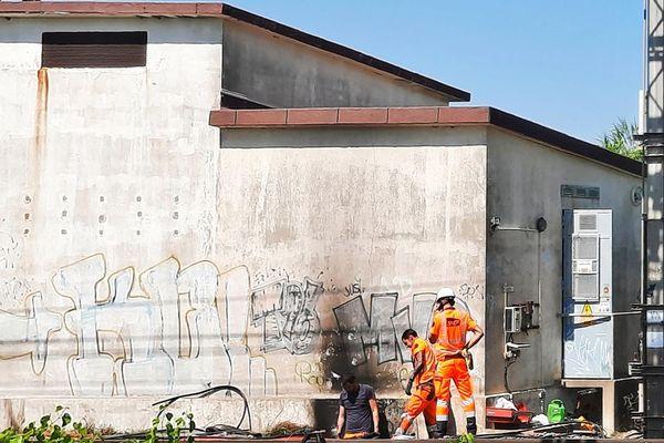 Hérault - les ouvriers travaillent à la réparation des câbles électriques et à la reprise du trafic SNCF - 27 juillet 2021.