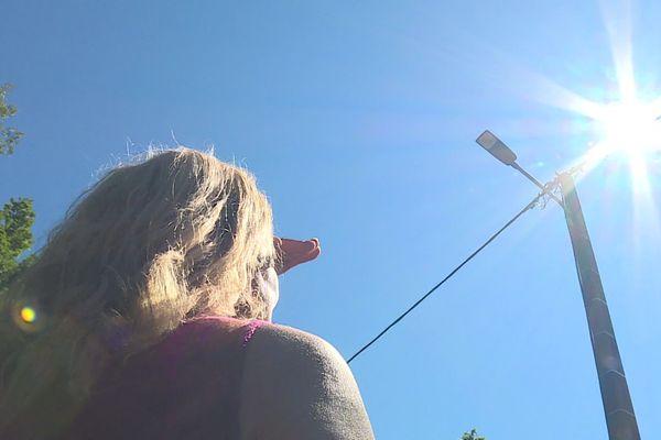 Le plus souvent, ces derniers temps, c'est en plein jour que le lampadaire brille...quand le soleil l'aide un peu.