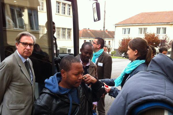 150 migrants sont arrivés vendredi vers 13 heures sur l'ancienne base aérienne de Varennes-sur-Allier, accueillis à leur descente du bus par le Préfet de l'Allier (à gauche de l'image)