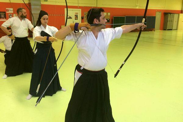 Une dizaine de personnes pratique l'arc japonais à Clermont-Ferrand, tous les samedis matins, à la maison des sports.