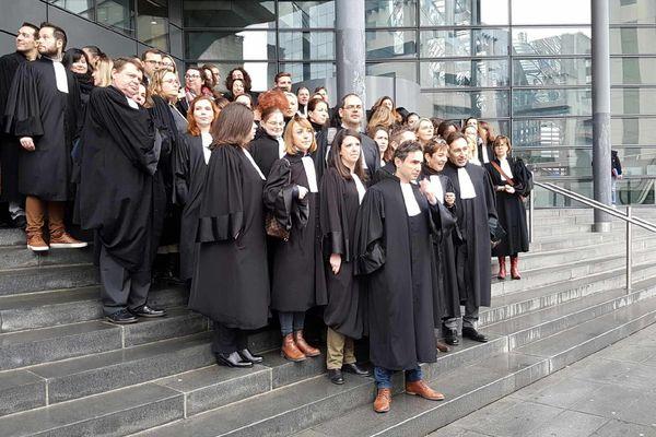 La colère des avocats du barreau de Grenoble face à la réforme de la carte judiciaire