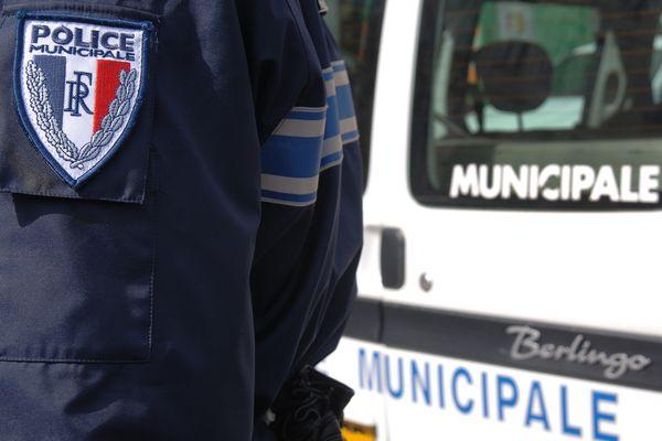 L'adolescent a porté plusieurs coups aux agents qui tentaient de le maitriser.