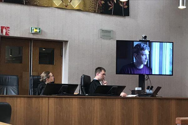 Le Procureur de la République, Loïc Abrial et la présidente visionnent une vidéo de prévention sur les violences conjugales au tribunal Montargis (Loiret)
