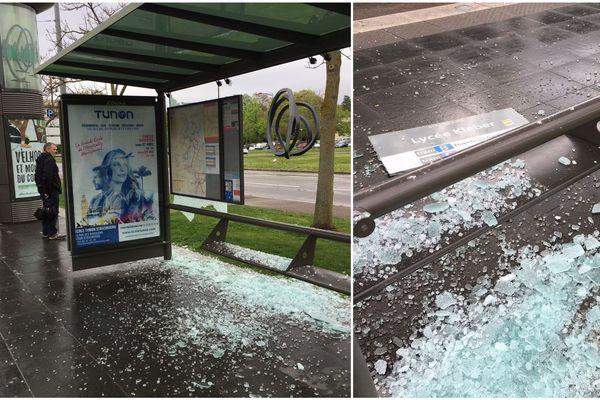 Des vitres de l'arrêt de tram brisées place de Bordeaux