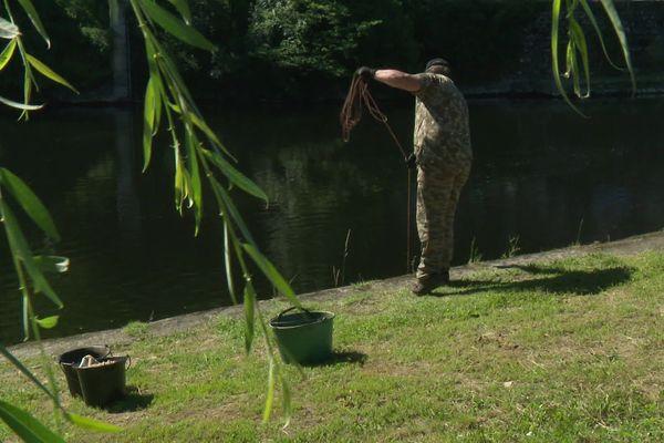 """Le """"nettoyeur du 19"""" a laissé de côté sa canne à pêche au profit d'un gros aimant"""