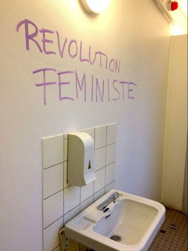 Dans les toilettes du palais u.