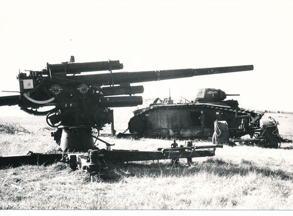 Canon antiaérien allemand et char français sur le mont Caubert.