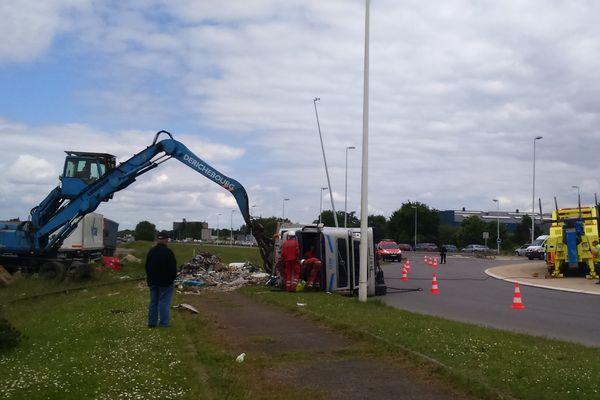 Un camion de ferrailles renversé à l'entrée du port de Chevirésur la commune de Bouguenais  provoque de grosses perturbations routières au sud de Nantes