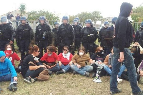 """Le """"sit-in"""" des manifestants anti-corrida, à Rodilhan, dans le Gard - 2013."""