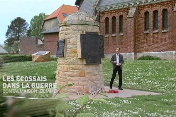 Dominique devant le pit cairn de Contalmaison, mémorial écossais