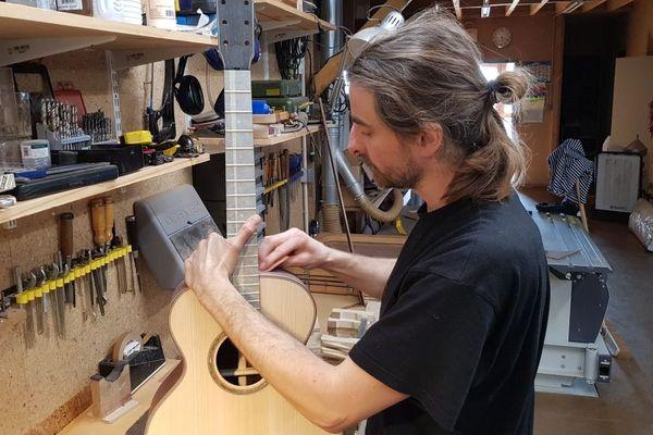 Richard Baudry au travail, dans son atelier