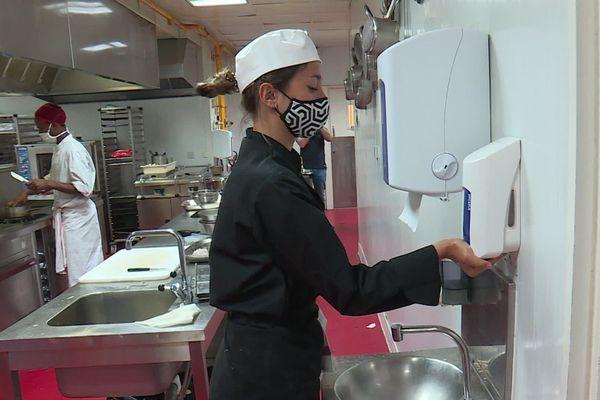 Dans les cuisines, les élèves doivent redoubler d'effort à chaque manipulation. Ils doivent se laver les mains très régulièrement.