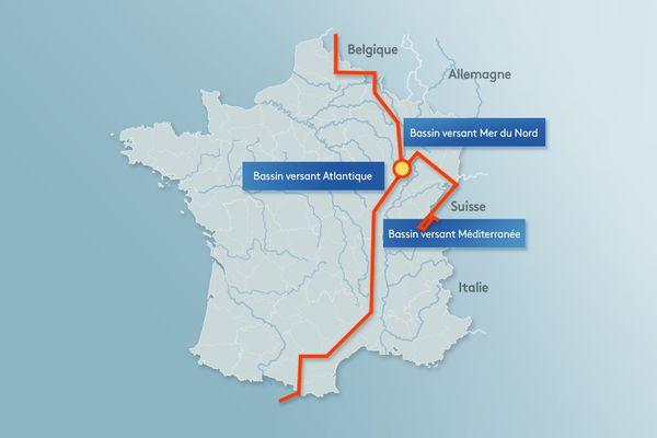 """Le """"point triple"""" marque la jonction entre deux lignes de partage des eaux. L'eau est distribuée entre trois bassins versants, ce qui est unique en France."""
