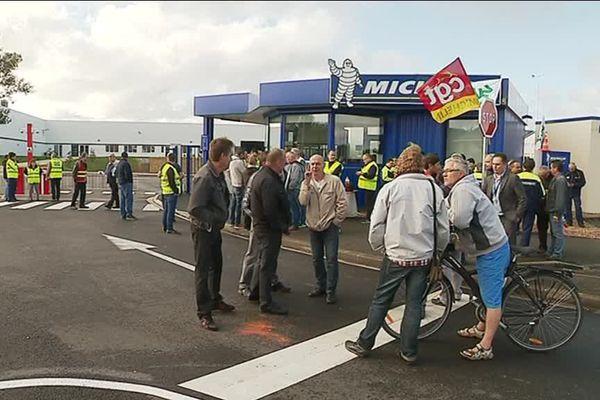 Lors de l'inauguration du nouveau site Michelin, des salariés ont débrayé pour dénoncer leurs mauvaises conditions de travail et des cadences trop élevées.