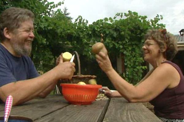 Jean-marc et Laurie Petit, heureux locataires de l'association Terre de Liens, à Auzillargue, dans les Cévennes gardoises